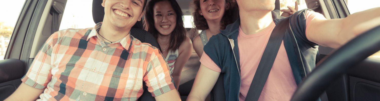 Jugendliche im Auto mit guter Laune