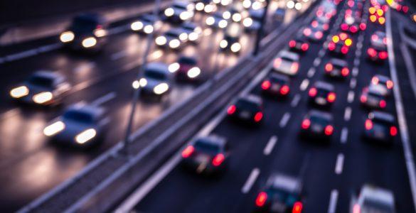 Straßenverkehr und Stau abends auf einer Autobahn