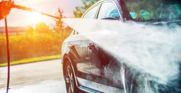 Auto wird gewaschen - Fit für den Frühling