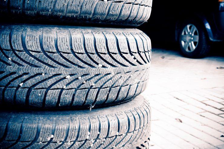 Reifenprofile in einer Garage