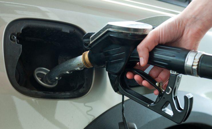 Auto wird betankt - Tankdeckel
