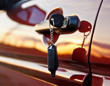Autoschlüssel steckt im Auto