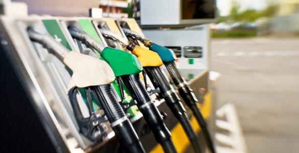 Zapfhähne an einer Tankstelle