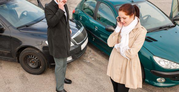 Mann und Frau diskutieren über Autounfall und Beteiligung