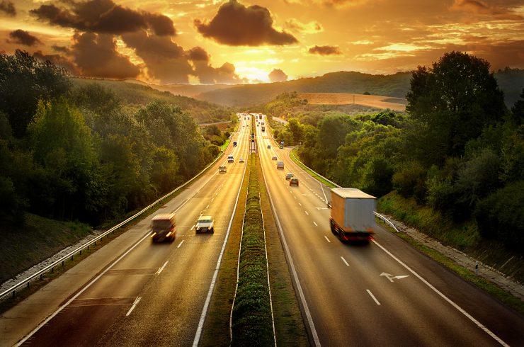 Autobahn bei Sonnenuntergang