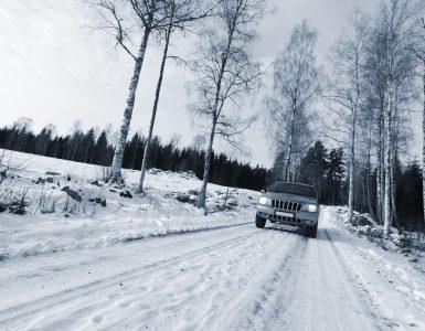 Auto bei Schnee im Winter