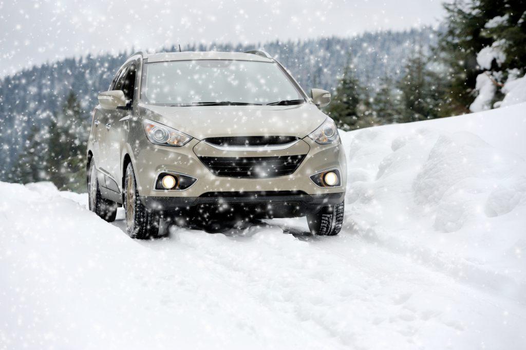 Auto ist im Schnee unterwegs