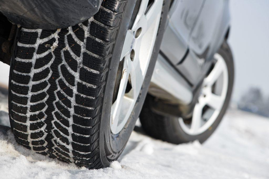 Bei den Reifen sollte man keine Gefährdung im Straßenverkehr riskieren und Winterreifen mit ausreichend Profil und mit nicht zu hohem Alter verwenden. © Depositphotos.com | kalinovsky