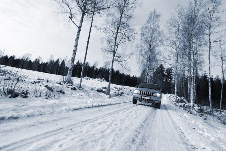 Auto fährt bei Schnee im Winter