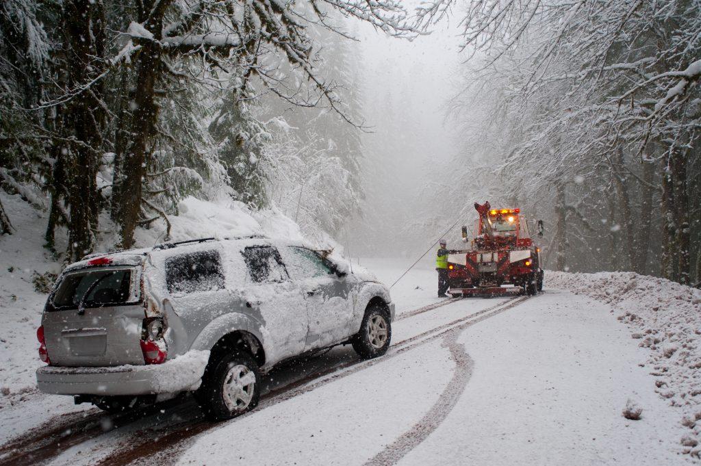 Wenn man seine Fahrweise und Geschwindigkeit nicht den winterlichen Verhältnissen anpasst, ist man nicht nur eine Gefährdung im Straßenverkehr, sondern kann auch schnell am Abschlepphaken enden. © Depositphotos.com | robertcrum