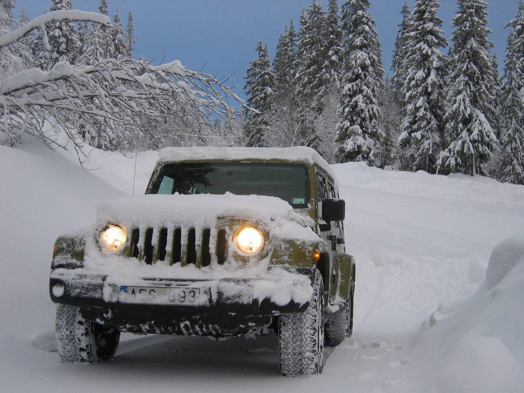 So sollte man es nicht machen: Zwar sind die Scheiben frei von Schnee, jedoch sind weder das Kennzeichen noch die Beleuchtung vollständig befreit. Zudem droht die Gefahr durch Schneerutsch auf dem Dach und der Motorhaube!