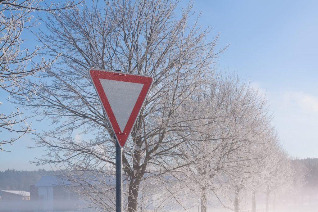 Zwar hier nicht eingeschneit, doch selbst wenn es das wäre: Durch die charakteristische Form dieses Verkehrszeichens ist es zu erkenne und darf auf keinen Fall missachtet werden!