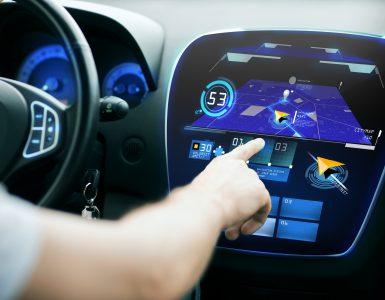 Bedienen eines Navigationsgerätes im Auto