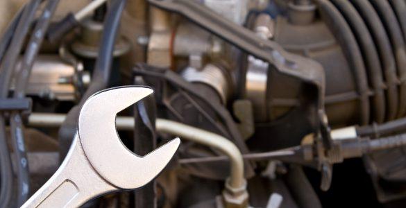 Schraubenschlüssel an der Motorhaube