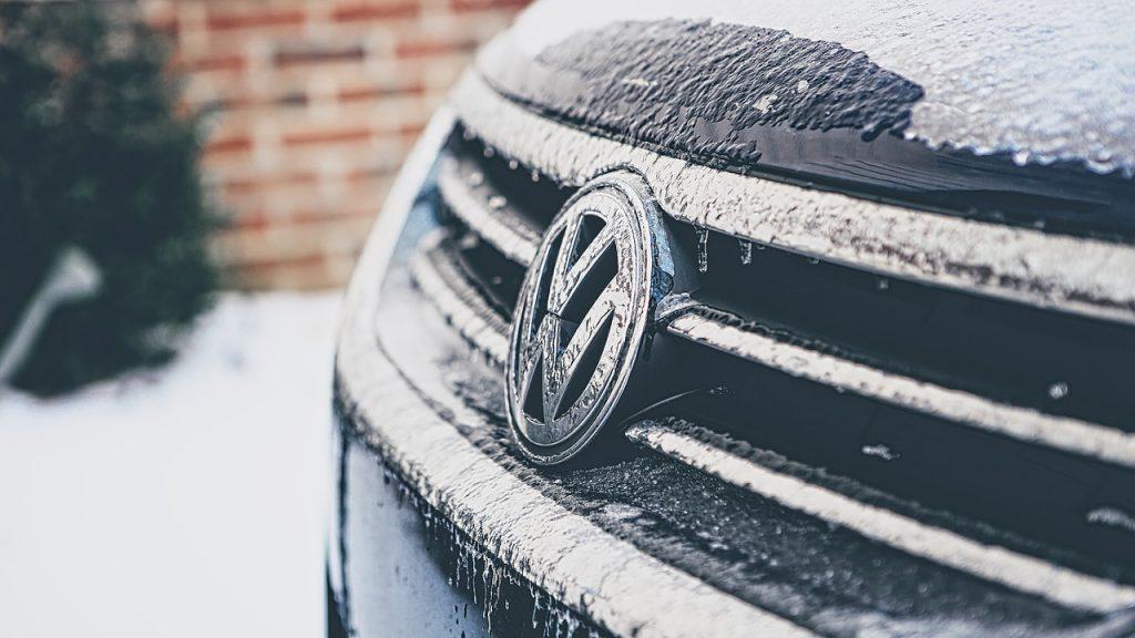 Eis und Frost an der Frontseite eines Autos