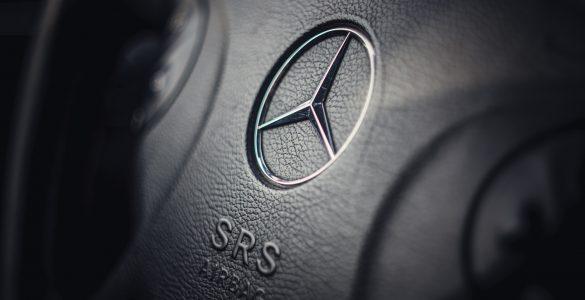 Nahaufnahme schwarzes Lenkrad mit Mercedes-Benz Logo