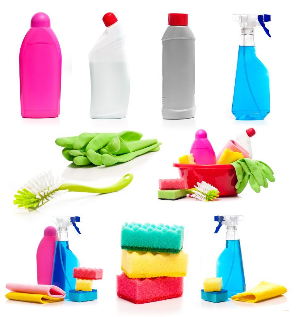 Verschiedene Dosen, Sprays, Schwämme, Tücher und Reinigungsmittel zum Auto putzen und Fahrzeugreinigung auf weißem Hintergrund