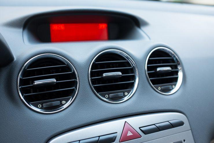 Nahaufnahme von Lüftungsschächten in der Mittelkonsole eines Fahrzeuges