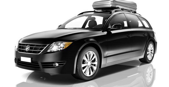Schwarzer SUV mit Dachbox, Seitenansicht
