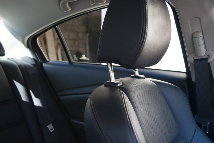 Nahaufnahme einer Kopfstütze im Auto, Rückbank im Hintergrund
