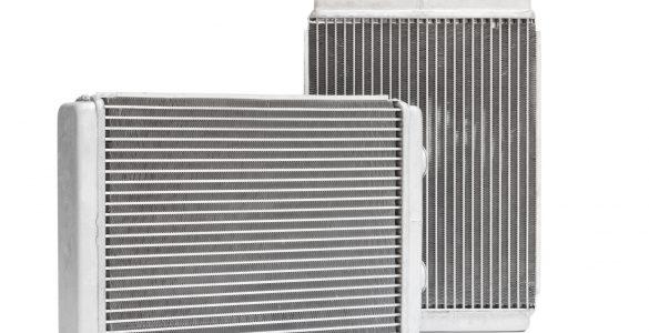 Zwei Ladeluftkühler freigestellt auf weißem Hintergrund