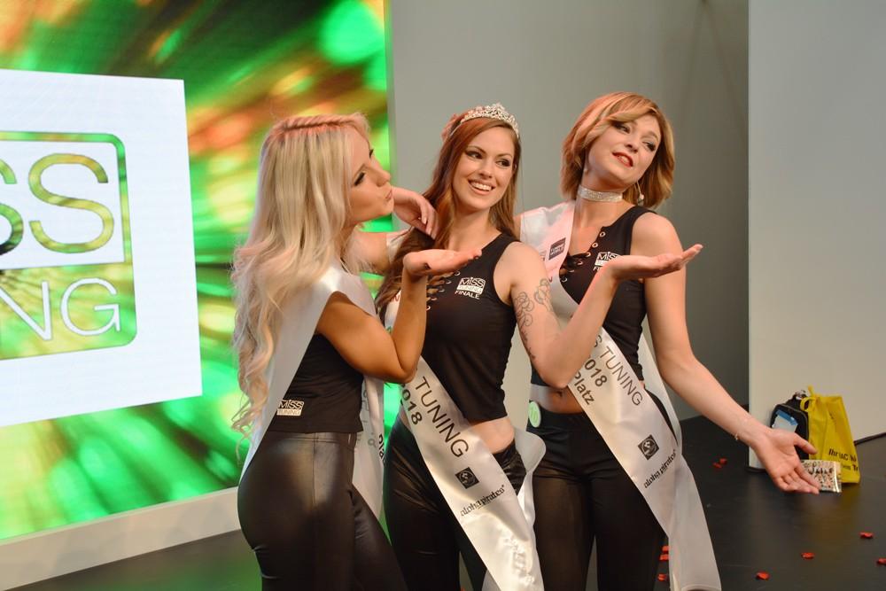 Miss Tuning Finalistinnen posieren für Presse und Zuschauer