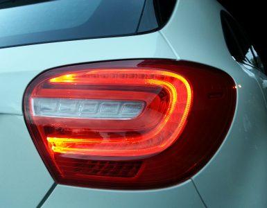 Die Rechte Rückleuchten einer Mercedes-Benz A-Klasse.