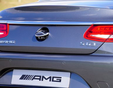 Heckansicht eines Mercedes-Benz S63 mit Rückfahrkamera im Einsatz.